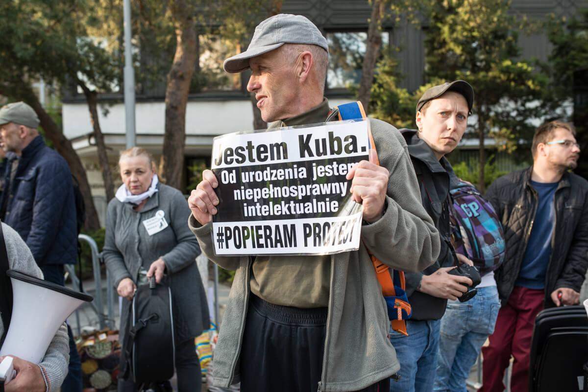 Protest opiekunów osób z niepełnosprawnością przed Sejmem, 27 kwietnia 2018. Fot. Jakub Szafrański