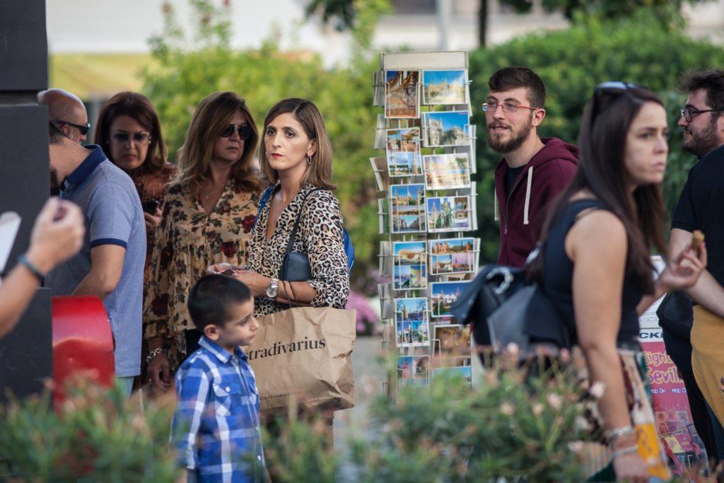 Turyści kupują pocztówki w Sewilli. Fot. Dawid Krawczyk