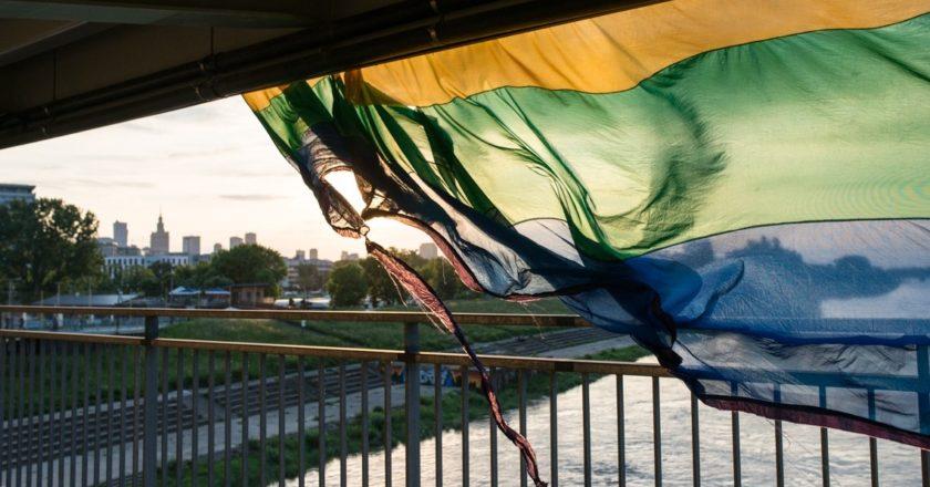 Tęczowa flaga podarta po homofobicznym ataku na Moście Łazienkowskim w Warszawie. Fot. Jakub Szafrański.
