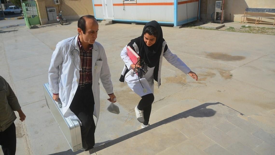 Lekarz i lekarka w Bushkan na południu Iranu. Fot. Hossein Moammeri/farsnews CC-BY-4.0