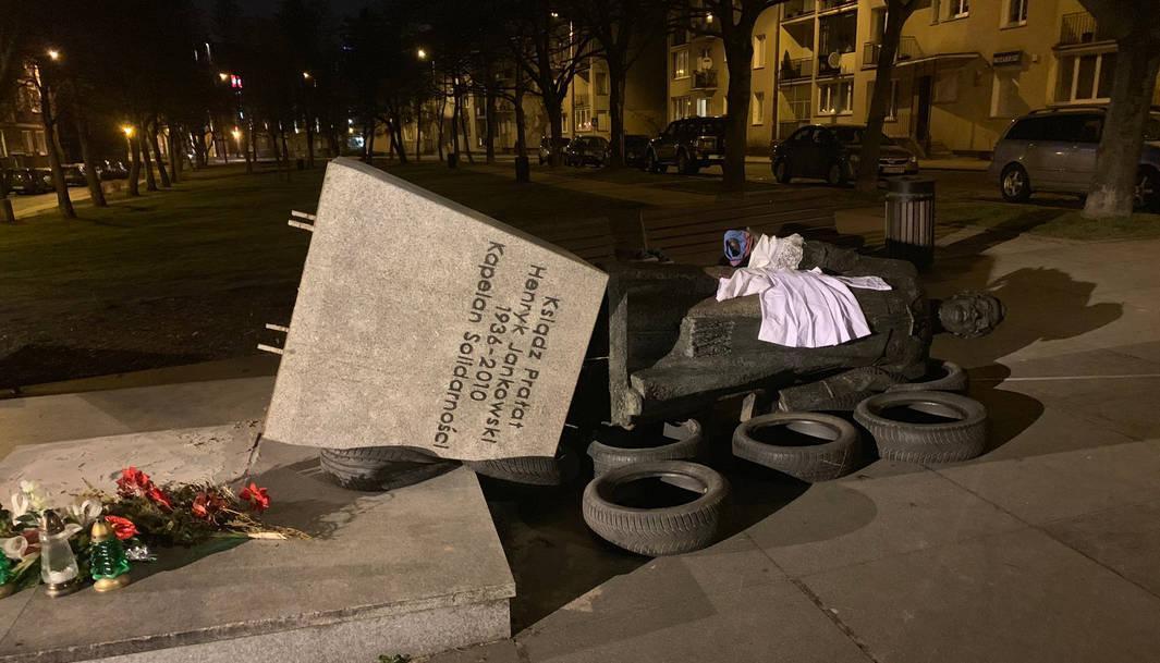 Przewrócony pomnik Henryka Jankowskiego. Fot. tt @sekielski