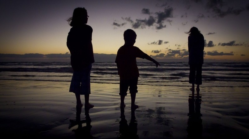 beach-sunset-twilight-silhouette-kids-children
