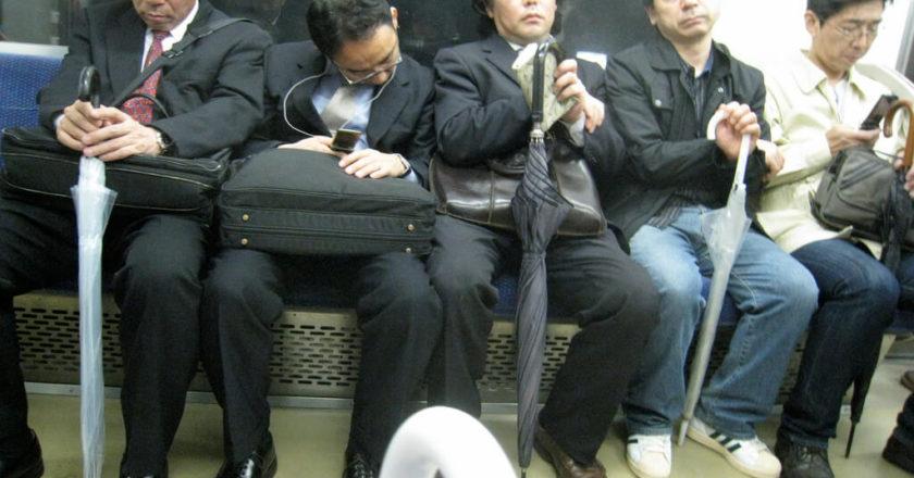 spiacy-mezczyzni-metro