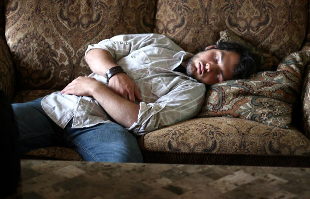 mezczyzna-na-kanapie