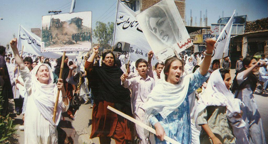 Rewolucyjne Stowarzyszenie Kobiet Afganistanu. Protest w 1998 roku w Pakistanie. Fot Wikimedia Commons