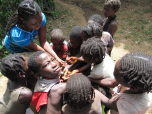 Dzieci i pielęgniarz myjący dłonie w czasie epidemii cholery w 2013 roku Zdj. Benjamin Dahl.