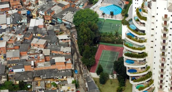 Slumsy w brazlijskim São Paulo, graniczące z zamożną dzielnicą Morumbi. Fot. Tuca Vieira / Oxfam