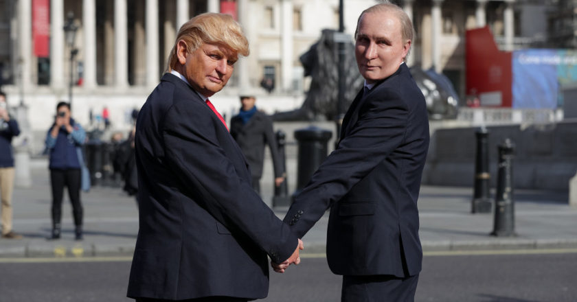 Aktorzy przebrani za Trumpa i Putina