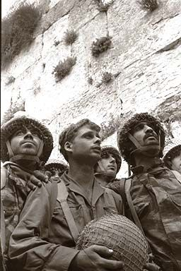 Izraelscy żołnierze przy Ścianie Płaczu w 1967. Fot. David Rubinger, Knesset, CC.