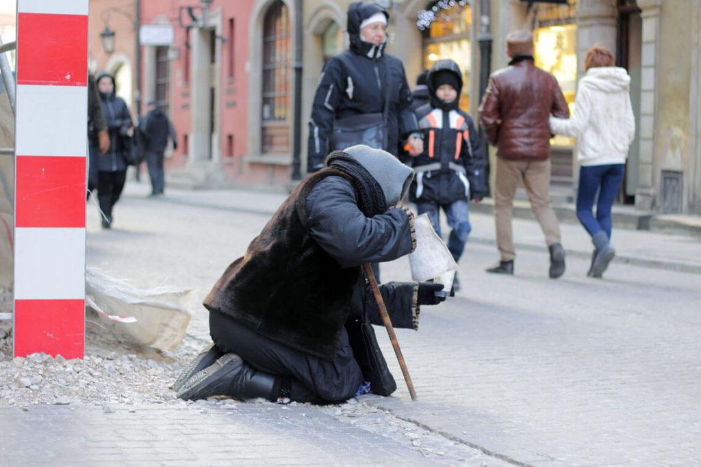 ubostwo-polska-bieda-kobieta-zebraczka