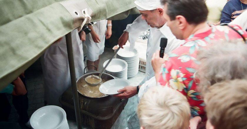 Jacek Kuroń podczas rozdawania darmowej zupy. Wikimedia Commons