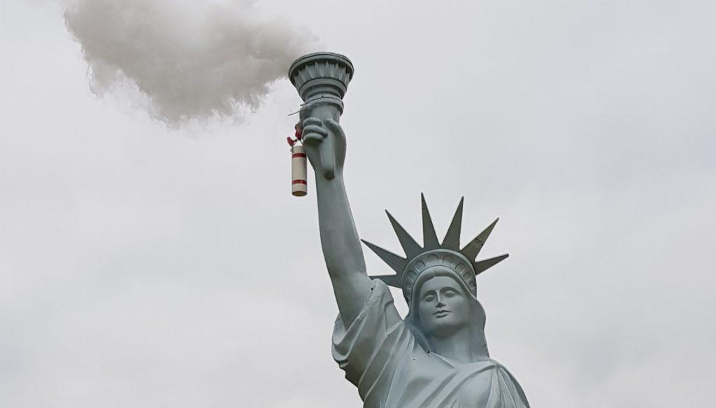 """""""Freedom to pollute"""" Jens Galschiøt. Fot: Małgorzata Tracz"""