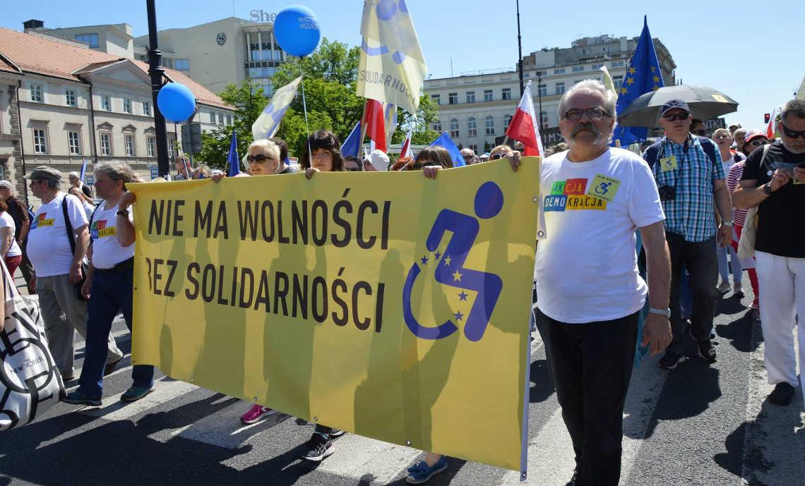 Marsz popierających żądania rodziców osób z niepełnosprawnościami. Fot. FB Krystian Kosiński