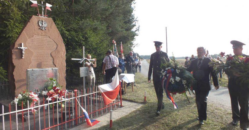 Pomnik w Rząbcu podczas uroczystości w roku 2015. Fot. Wojciech Domagała [CC BY-SA 4.0], Wikimedia Commons