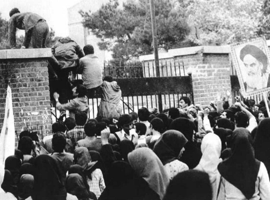 Irańscy studenci wdzierają się na teren ambasady USA w Teheranie. CC BY-SA 4.0