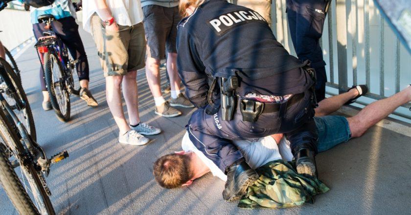 Zatrzymanie sprawcy ataku na pikietę upamiętniającą Milo Mazurkiewicz. Fot. Jakub Szafrański.