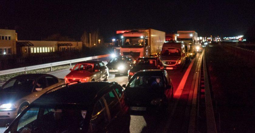 Kolejka aut wracających do kraju na przejściu granicznym w Jędrzychowicach. Fot. Jakub Szafrański
