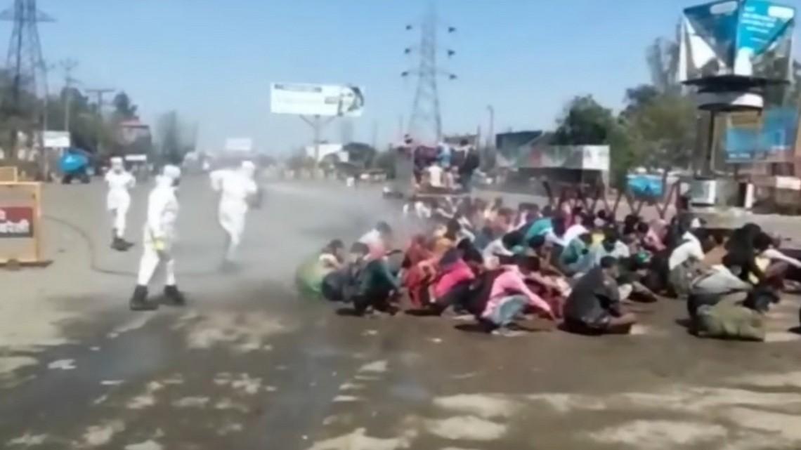 Opryskiwanie migrantów zarobkowych w Indiach. Fot. Youtube