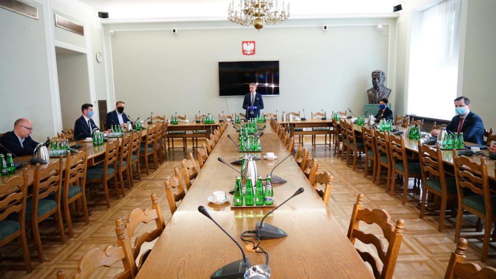 Spotkanie przedstawicieli klubów parlamentarnych w ramach Okrągłego Stołu. Źródło: Twitter/Lewica