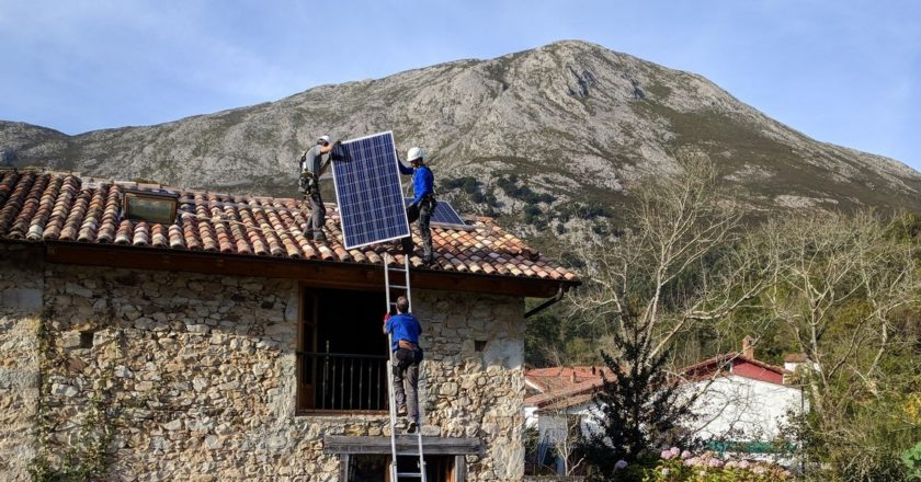 Instalacja paneli słonecznych. Fot. Bernd/flickr.com