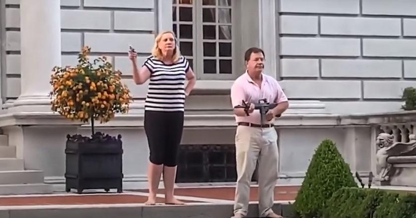 Małżeństwo z Missouri grozi bronią protestującym. Fot. Youtube/The Sun