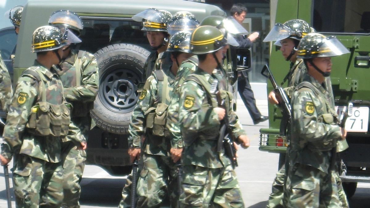 Chińska policja na ulicach Urumczi w prowincji Xinjiang. Fot. Sasha India/flickr.com