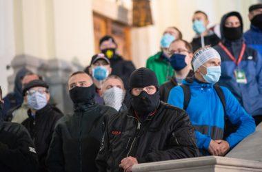 Drzwi Kościoła Świętego Krzyża blokowane przez prawicowe bojówki. Warszawa 2020 Fot. Jakub Szafrański