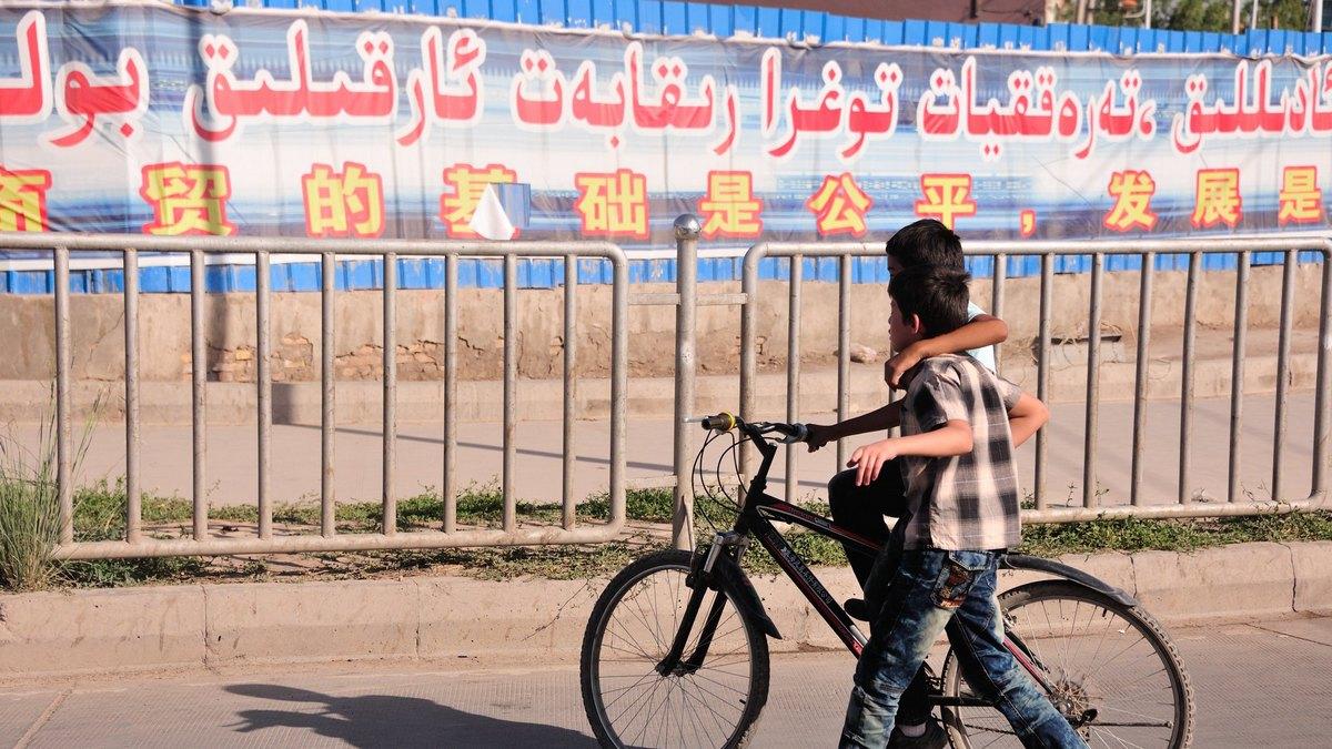 Scenka uliczna z ujurskiej prowincji Xinjiang. Fot. llee-vu/flickr.com