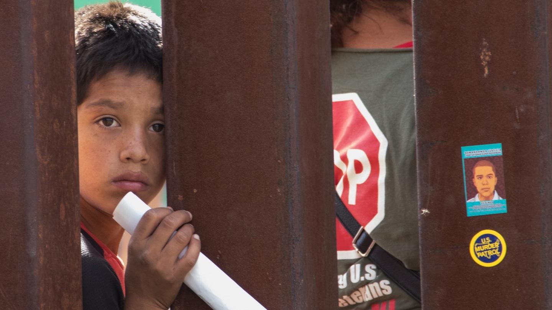 Stalowy mur między USA a Meksykiem w Nogales, Arizona Fot. Peg Hunter/flickr.com