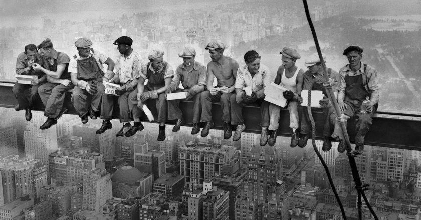 Robotnicy na budowie Rockefeller Centre w Nowym Jorku w 1932 roku. Fot. Wikimedia Commons CC0