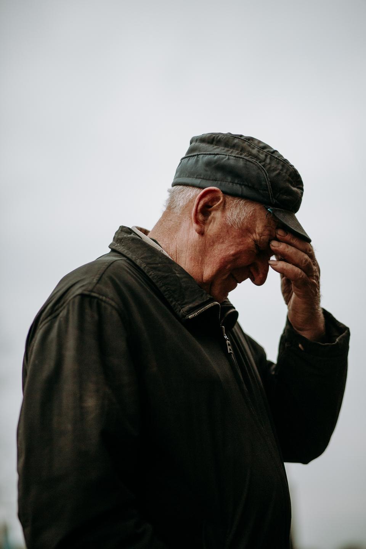 Ojciec Wojciecha Chrostowskiego oraz widok na ich rodzinne gospodarstwo we wsi Truszki-Zalesie, fot. Dawid Żuchowicz