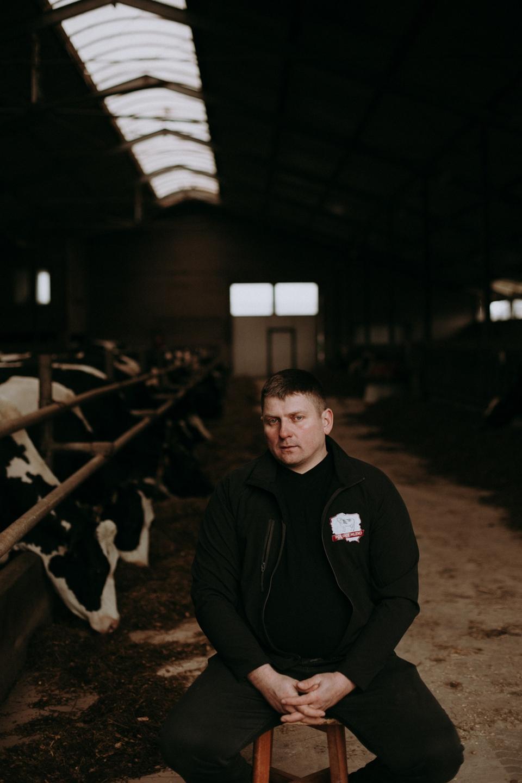 Wojciech Chrostowski, rolnik ze wsi Truszki-Zalesie przed oborą na terenie swojego gospodarstwa, fot. Dawid Żuchowicz