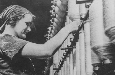 Przedwojenna robotnica w Łódzkiej przędzalni. Fot. Ignacy Płażewski/Wikimedia Commons