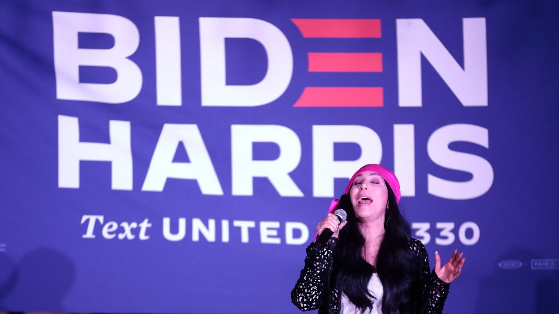 Cher śpiewa dla wyborców duetu Biden-Harris na jednym z kampanijnych wieców. Fot. Gage Skidmore/Flickr.com