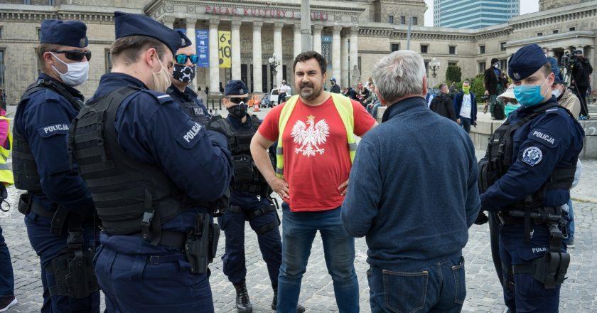 Spisywanie uczestników Protestu Przedsiębiorców z maja 2020. Fot. Jakub Szafrański