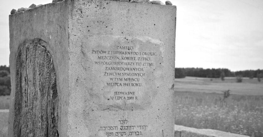 Mogiła-pomnik w Jedwabnem. Fot. Wikimedia Commons